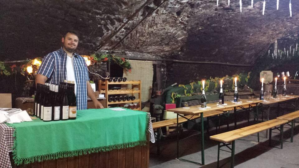 Winzer Martin Störzel im Weinprobenkeller beim Ausschank seiner Weine